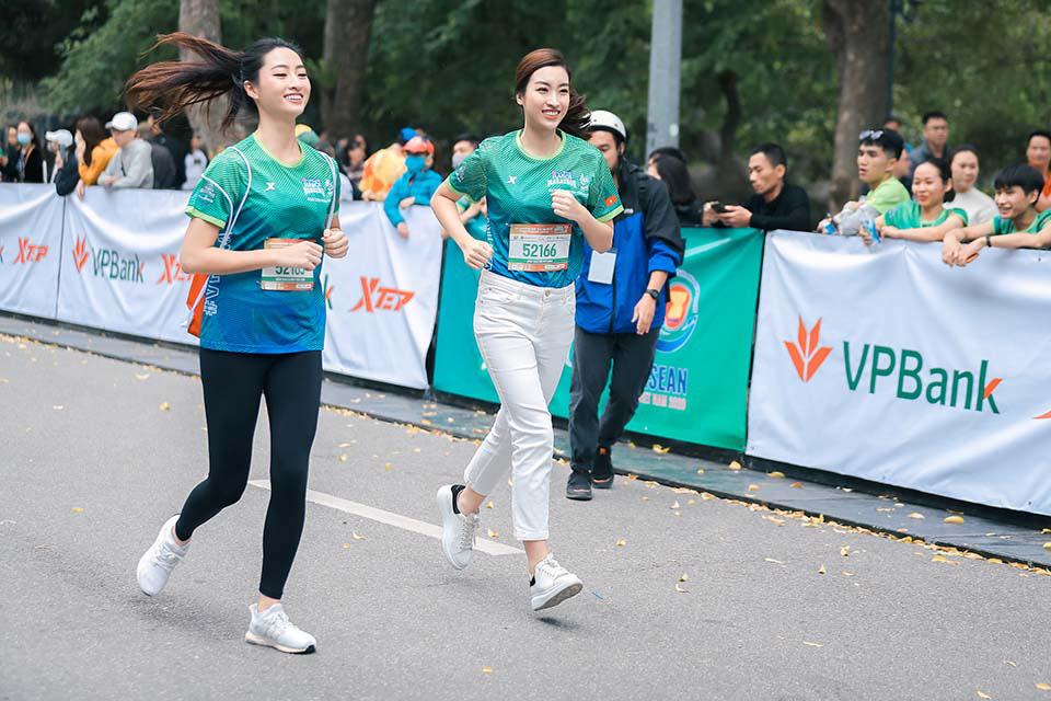 Mai Phương Thuý gây chú ý khi chạy ở Hồ Gươm cùng Thanh Sơn, Xuân Nghị   - Ảnh 4.