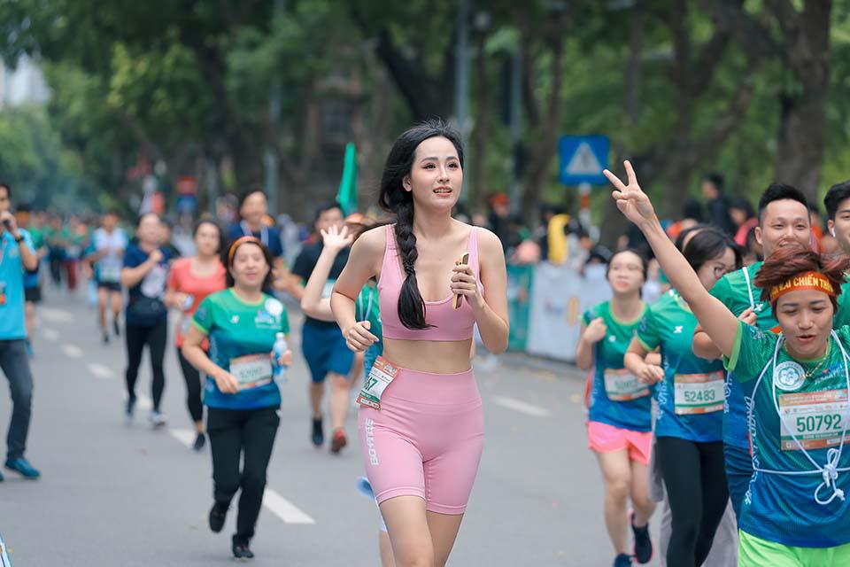 Mai Phương Thuý gây chú ý khi chạy ở Hồ Gươm cùng Thanh Sơn, Xuân Nghị   - Ảnh 1.