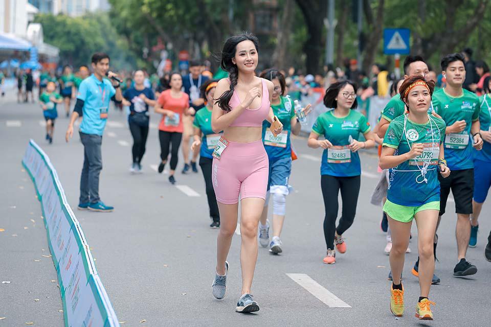 Mai Phương Thuý gây chú ý khi chạy ở Hồ Gươm cùng Thanh Sơn, Xuân Nghị   - Ảnh 3.