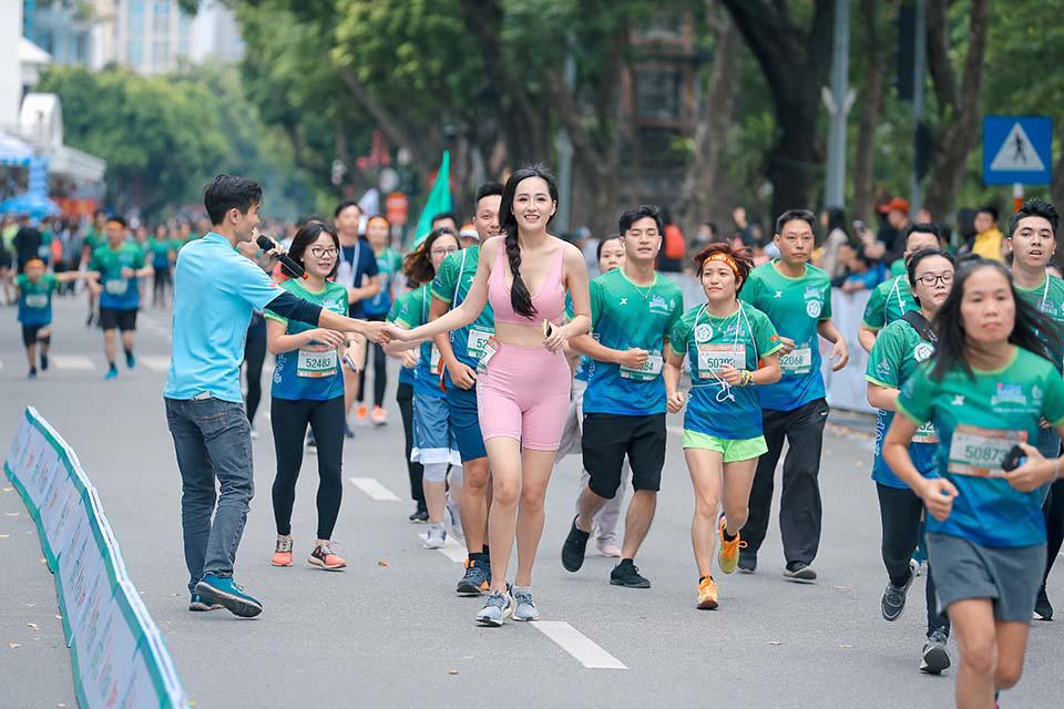 Mai Phương Thuý gây chú ý khi chạy ở Hồ Gươm cùng Thanh Sơn, Xuân Nghị   - Ảnh 2.