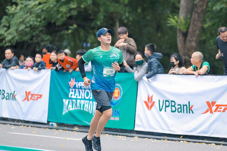 Mai Phương Thuý gây chú ý khi chạy ở Hồ Gươm cùng Thanh Sơn, Xuân Nghị   - Ảnh 5.
