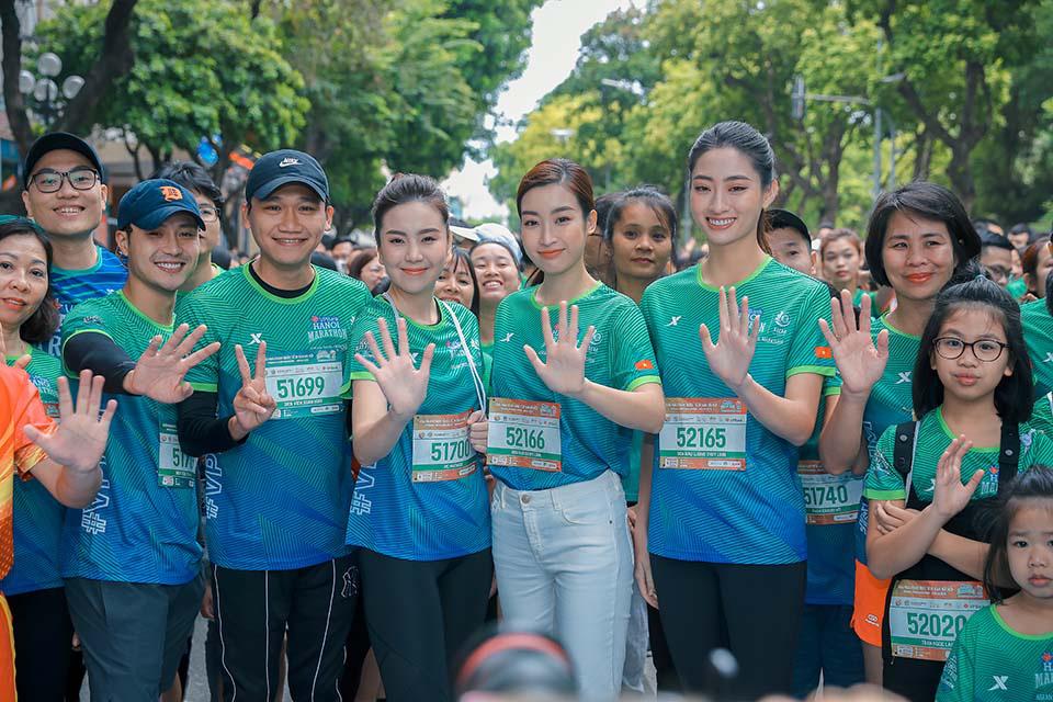 Mai Phương Thuý gây chú ý khi chạy ở Hồ Gươm cùng Thanh Sơn, Xuân Nghị   - Ảnh 7.