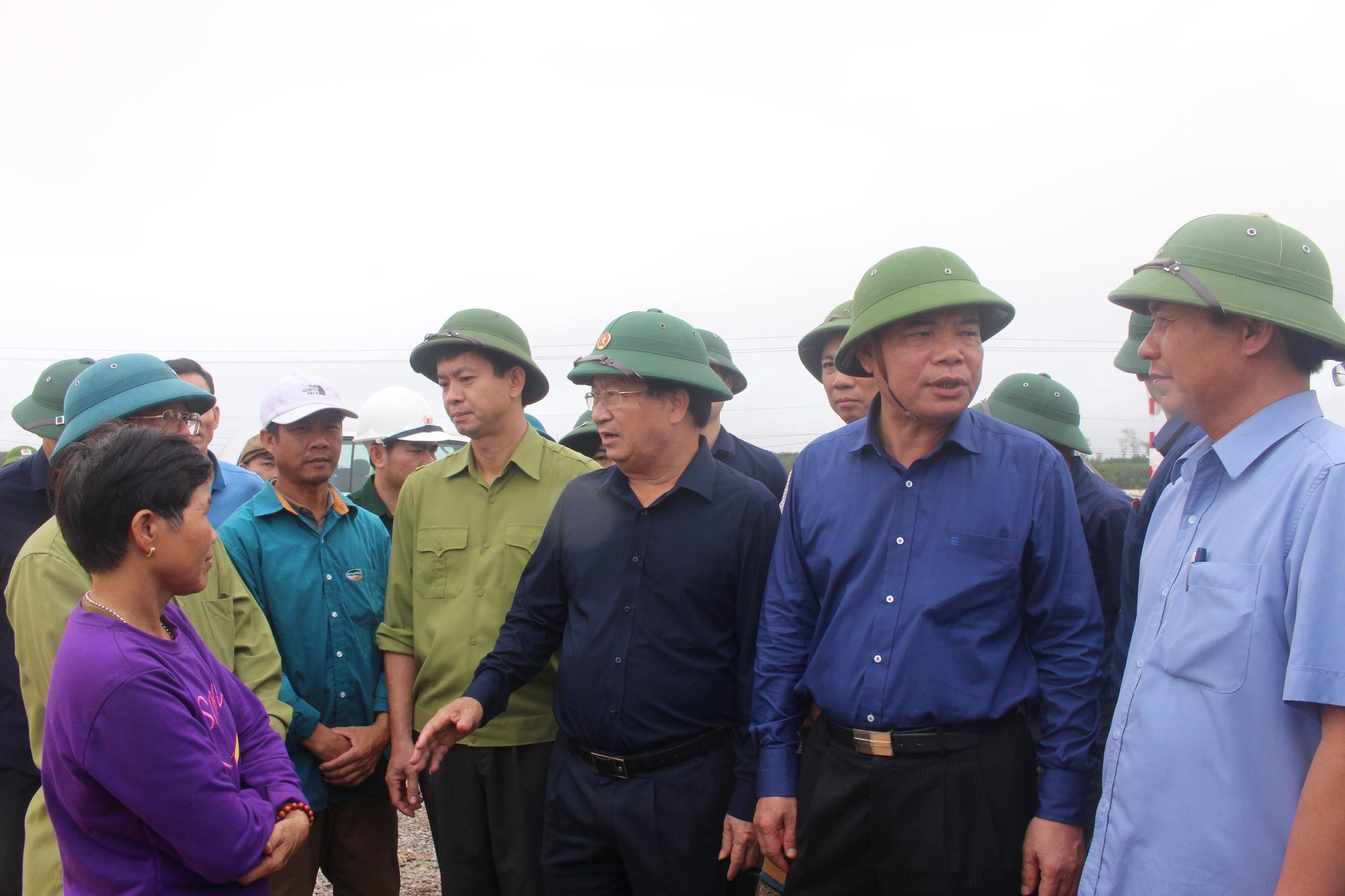 Quảng Trị: Phó Tham mưu trưởng quân khu 4 báo cáo Phó Thủ tướng Trịnh Đình Dũng việc cứu hộ, cứu nạn ở Hướng Hóa - Ảnh 1.
