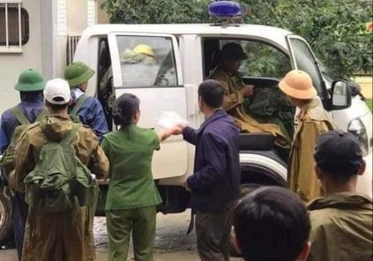 Quảng Trị: 10 người băng rừng đưa thi thể cán bộ công an trên đường cứu nạn về nhà - Ảnh 1.