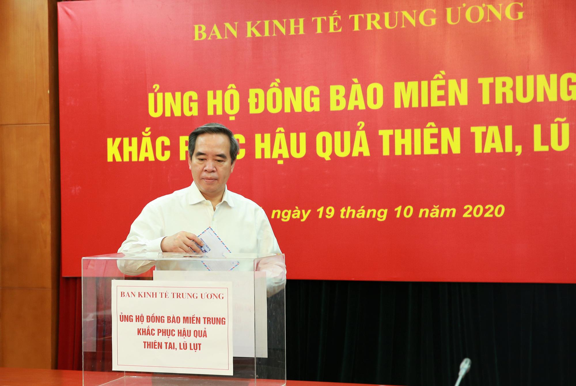 Ban Kinh tế Trung ương tổ chức ủng hộ đồng bào Miền Trung khắc phục hậu quả thiên tai, lũ lụt - Ảnh 1.