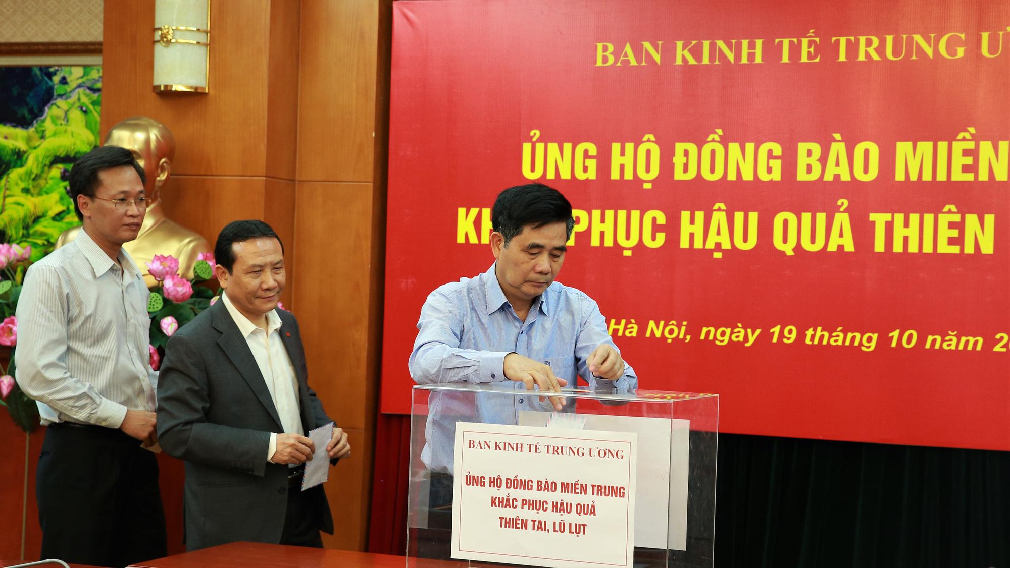 Ban Kinh tế Trung ương tổ chức ủng hộ đồng bào Miền Trung khắc phục hậu quả thiên tai, lũ lụt - Ảnh 2.
