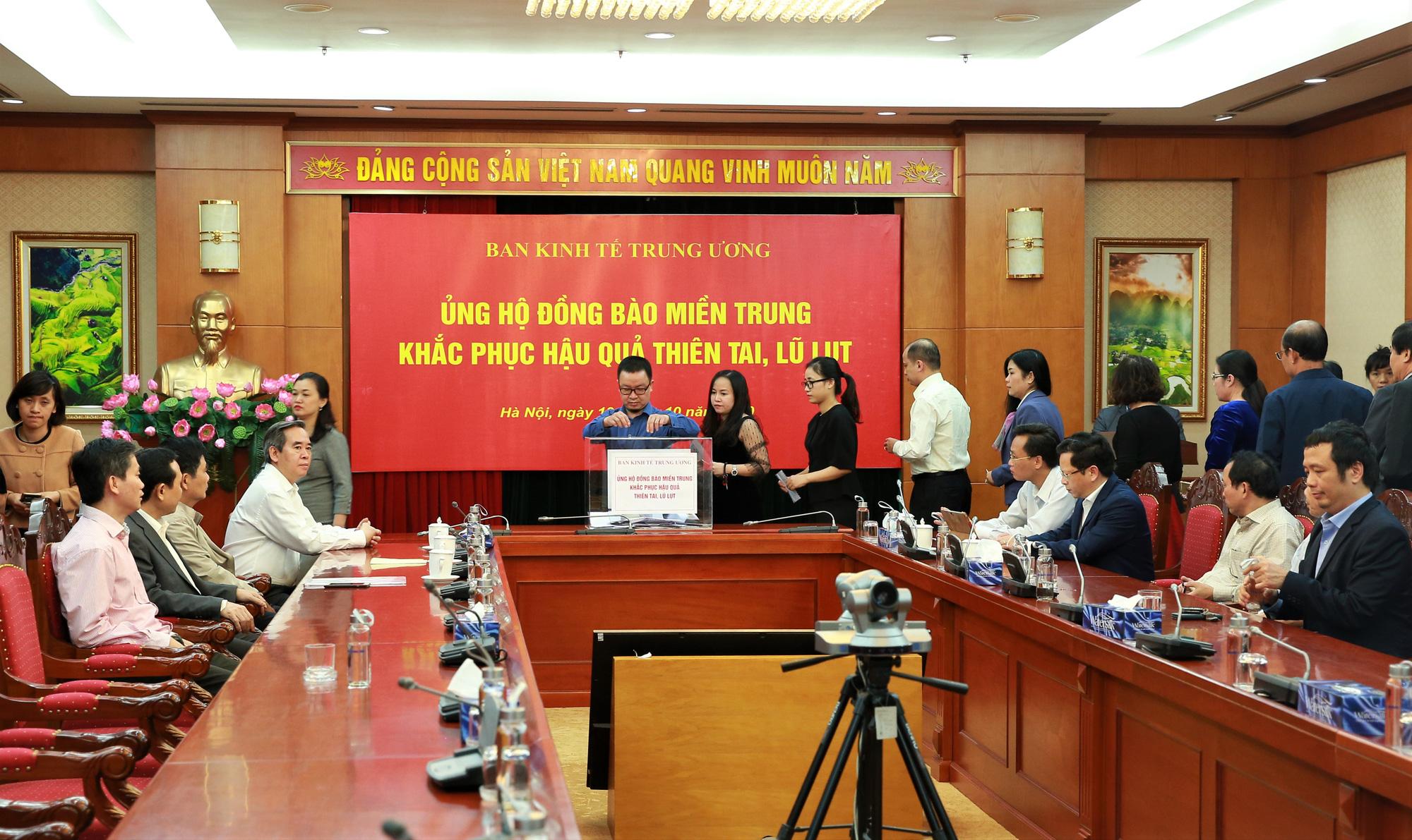 Ban Kinh tế Trung ương tổ chức ủng hộ đồng bào Miền Trung khắc phục hậu quả thiên tai, lũ lụt - Ảnh 4.