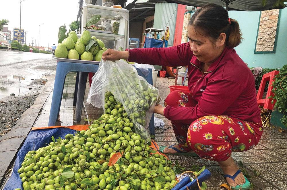 Trái dại, rau mọc hoang hút hàng mùa nước nổi ở tỉnh An Giang, dân đi hái kiếm tiền trong tháng lũ - Ảnh 1.