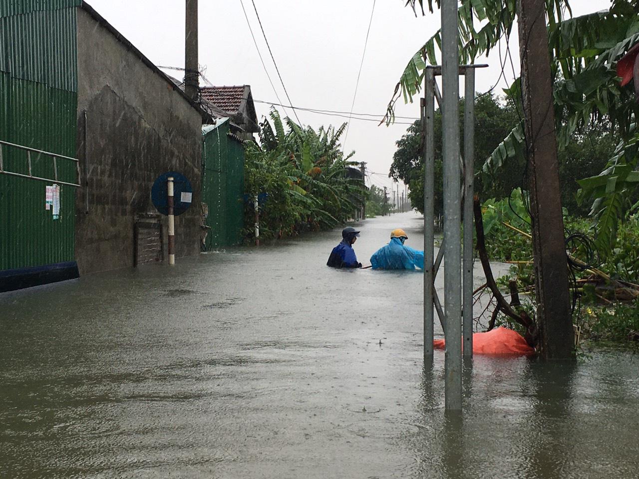 Hà Tĩnh: Nước dâng cao kỷ lục, người dân oằn mình trong lũ - Ảnh 1.