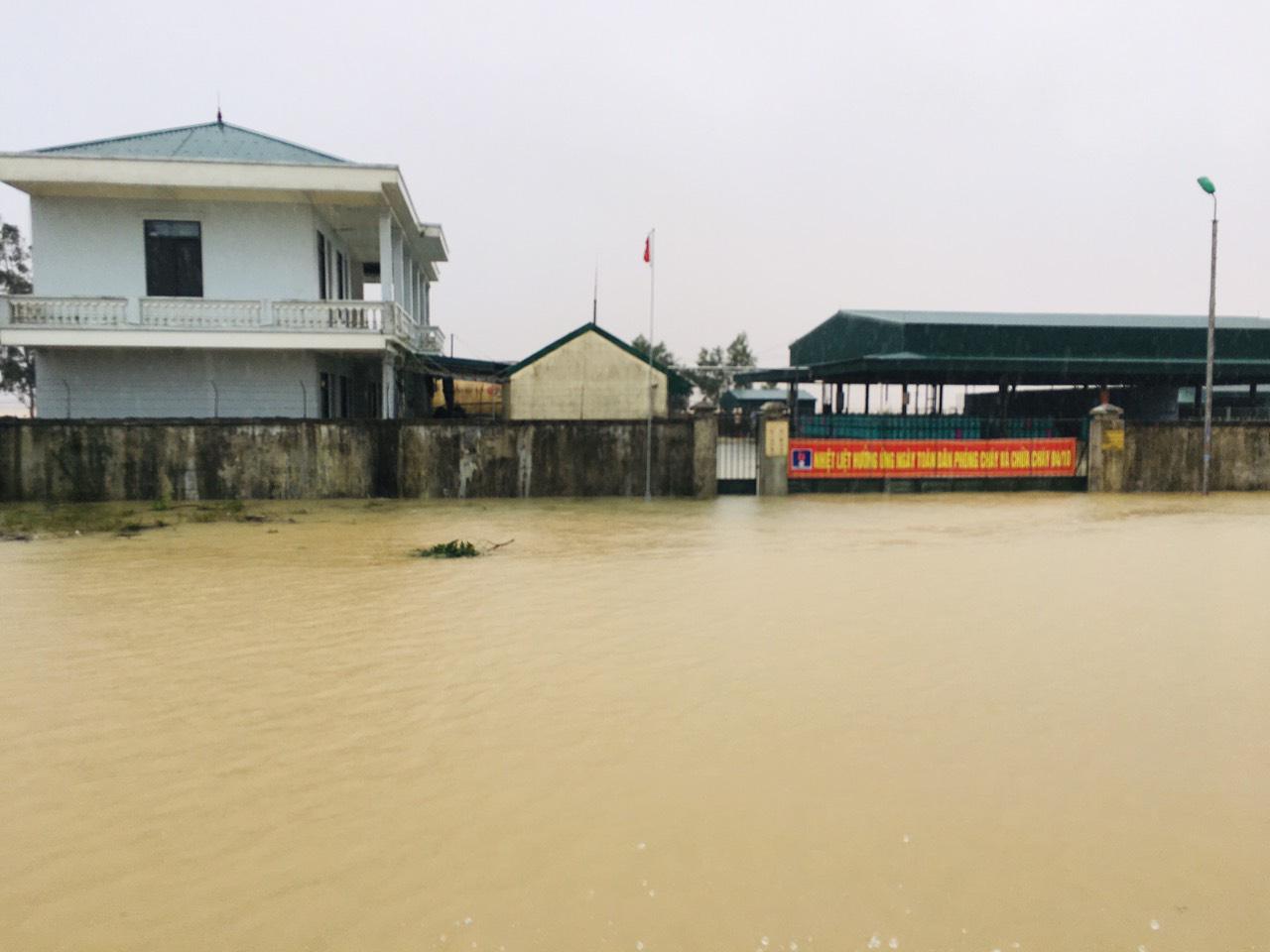 Hà Tĩnh: Nước dâng cao kỷ lục, người dân oằn mình trong lũ - Ảnh 2.