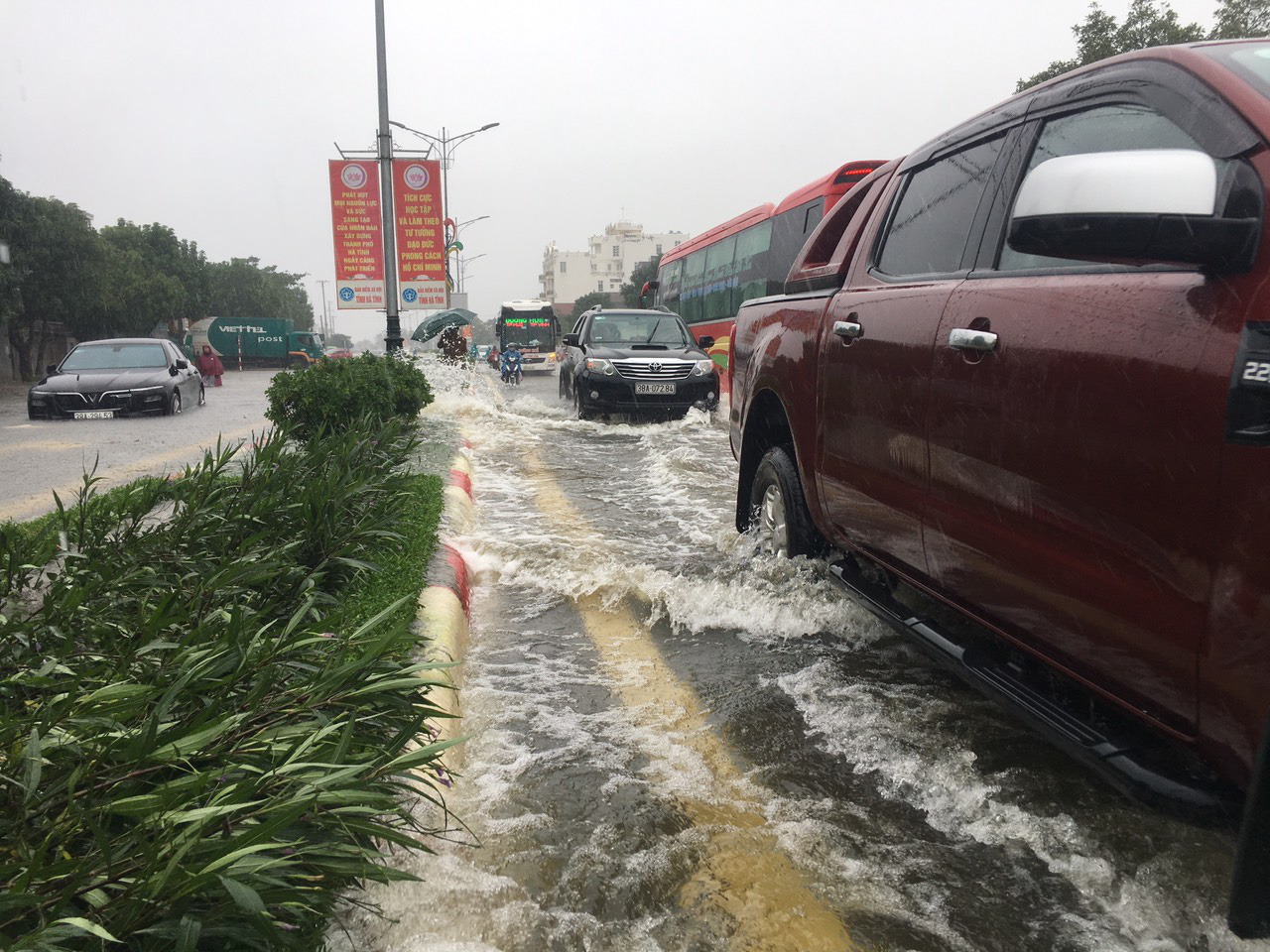 Hà Tĩnh: Nước dâng cao kỷ lục, người dân oằn mình trong lũ - Ảnh 7.