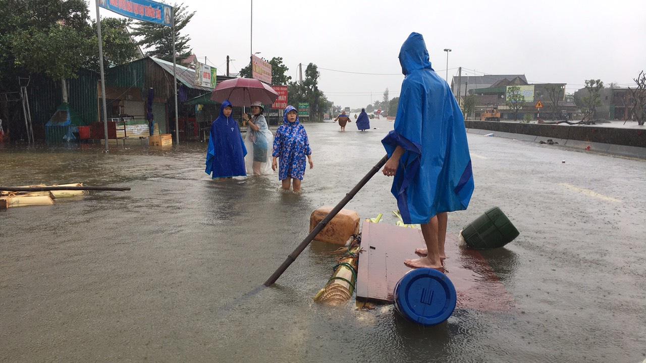 Hà Tĩnh: Nước dâng cao kỷ lục, người dân oằn mình trong lũ - Ảnh 8.