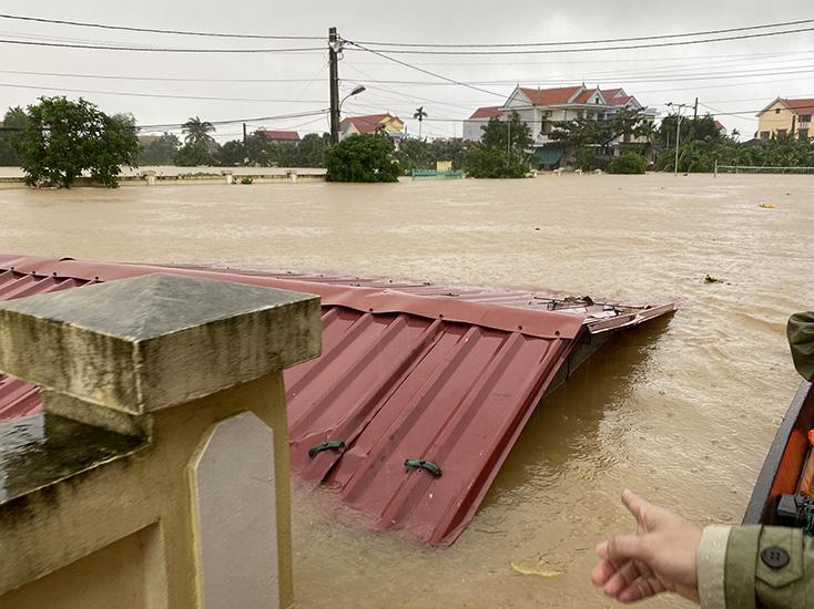 Hà Tĩnh, Quảng Bình đỉnh lũ vượt lũ lịch sử, thêm áp thấp nhiệt đới gần bờ, lại lo lũ chồng lũ - Ảnh 2.