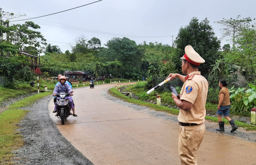 Sạt lở vùi 22 chiến sĩ ở Đoàn 337: Tiễn các anh về trong cơn mưa nặng hạt - Ảnh 7.