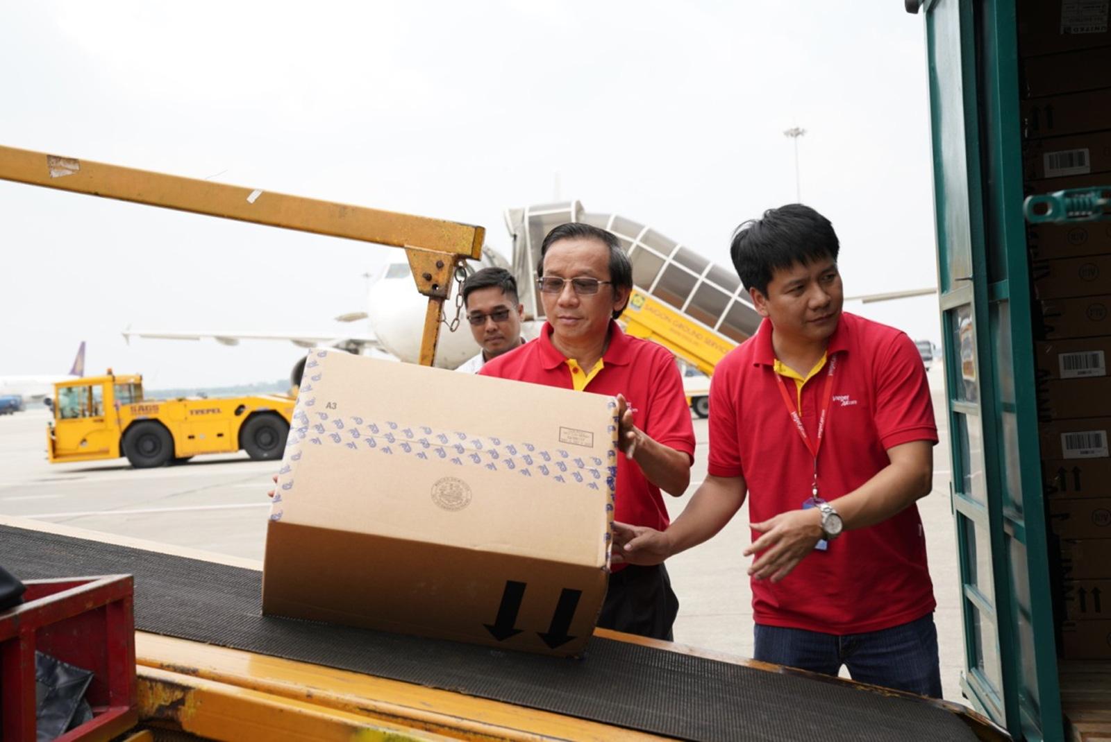 Hàng không miễn phí vận chuyển hàng hoá tới các tỉnh miền Trung  - Ảnh 3.