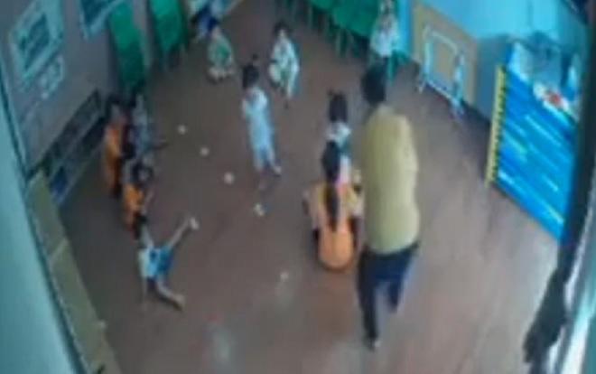 Diễn biến mới vụ phụ huynh vào trường đánh bé 2 tuổi ở Lào Cai - Ảnh 1.
