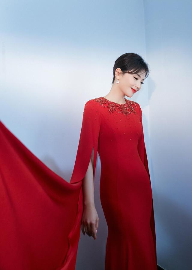 """6 mỹ nhân cổ trang Trung Quốc đời thường: Dương Tử quyến rũ hút mắt, Địch Lệ Nhiệt Ba bị chê """"già trước tuổi"""" - Ảnh 11."""