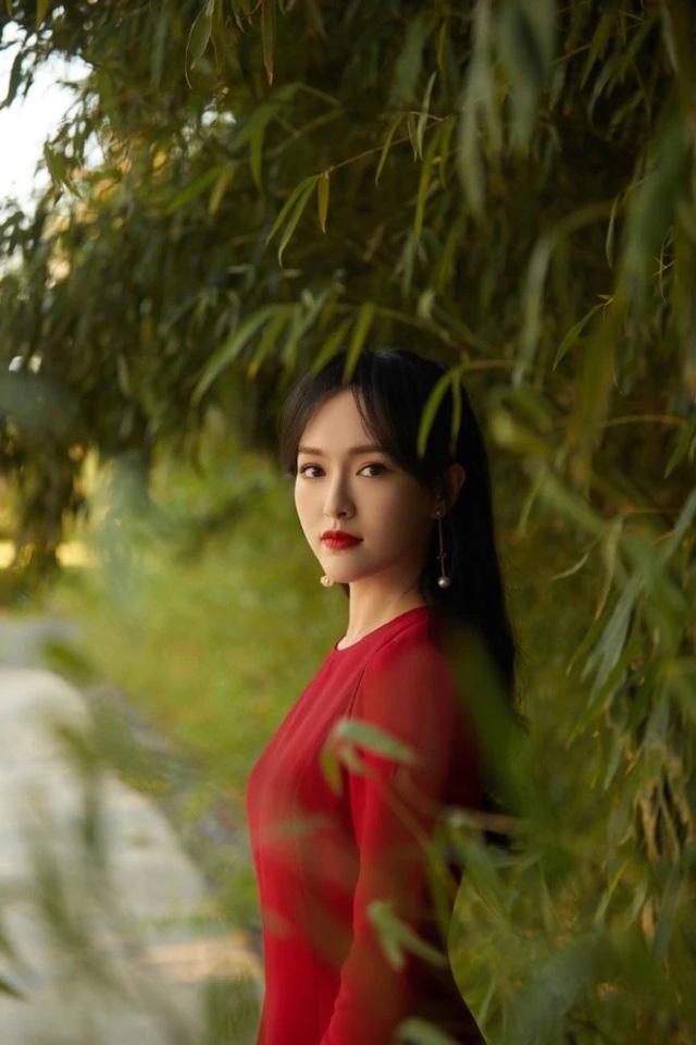 """6 mỹ nhân cổ trang Trung Quốc đời thường: Dương Tử quyến rũ hút mắt, Địch Lệ Nhiệt Ba bị chê """"già trước tuổi"""" - Ảnh 7."""