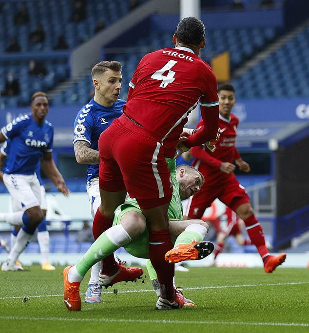 Triệt hạ Van Dijk, thủ môn Pickford vẫn may mắn thoát án phạt - Ảnh 1.