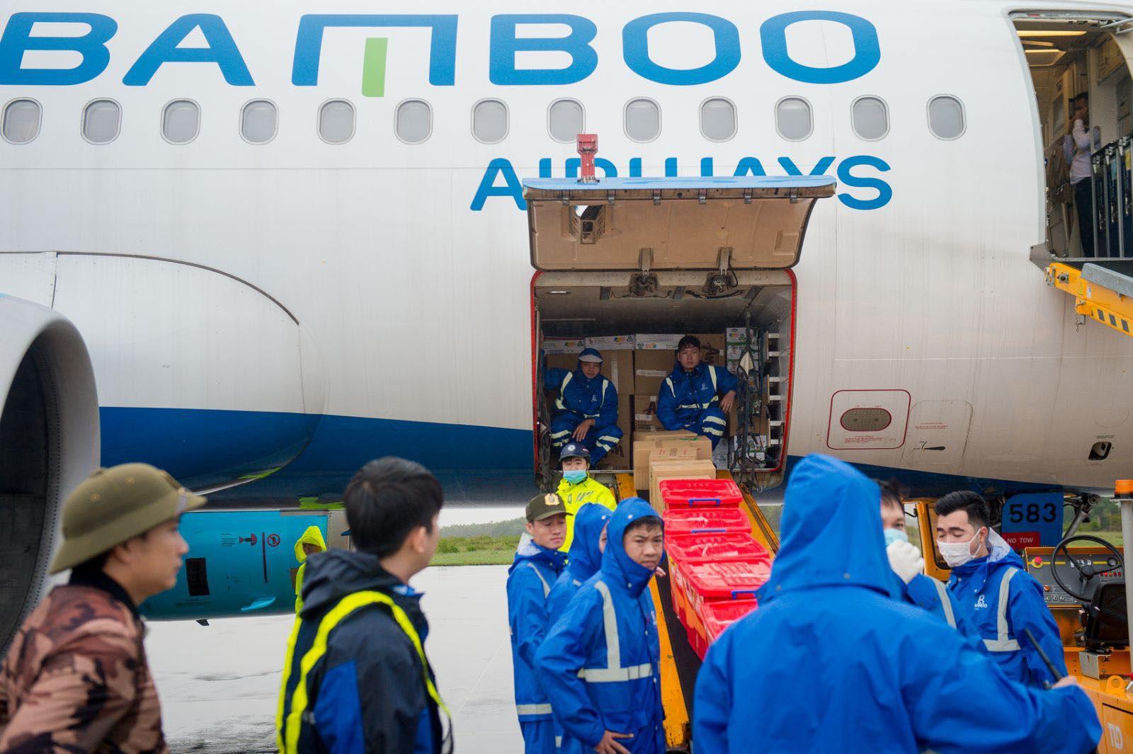 Cận cảnh những chuyến bay cứu hộ đầu tiên hạ cánh tại miền Trung - Ảnh 4.
