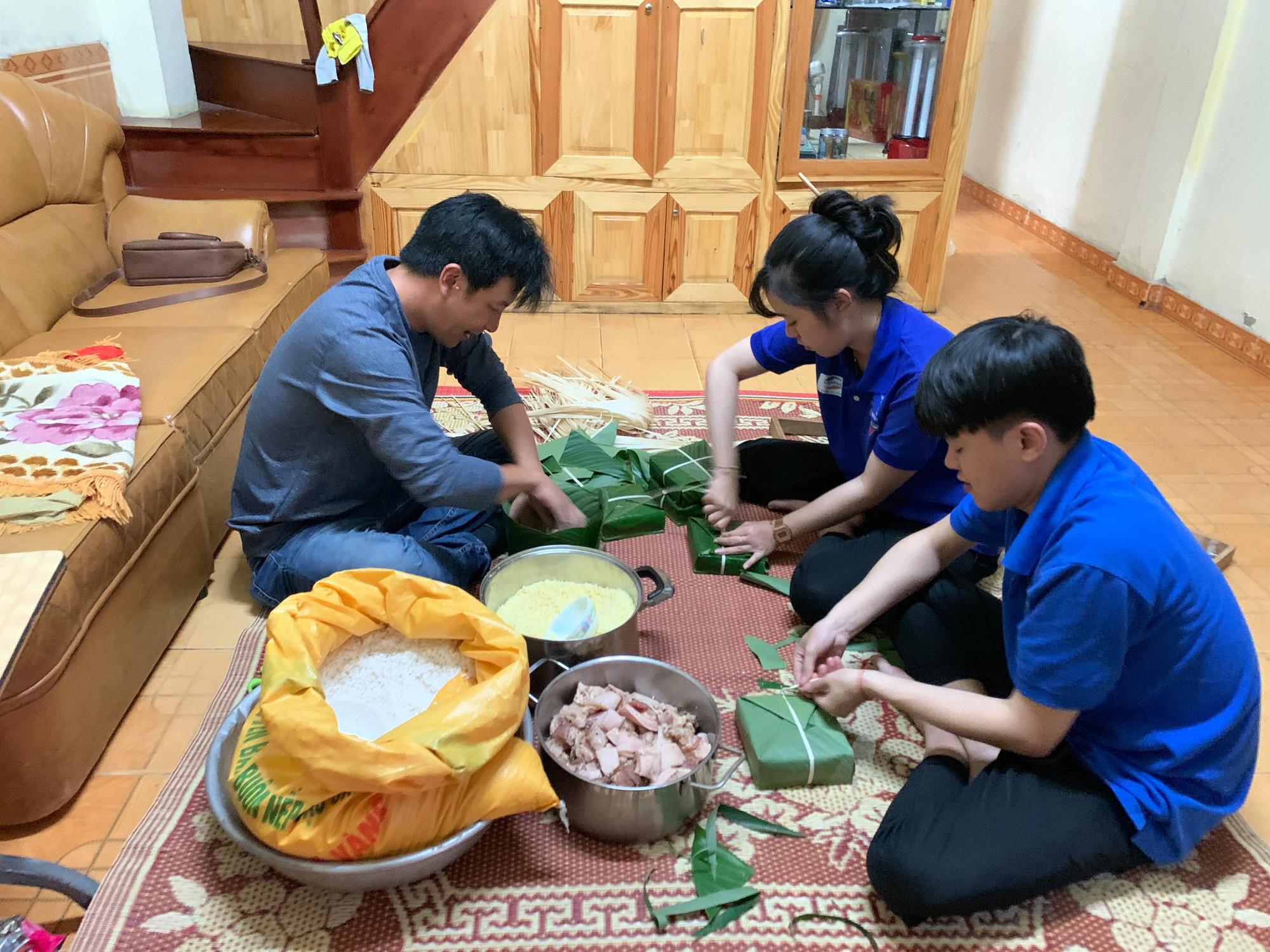 Hàng ngàn chiếc bánh chưng, mì tôm, nhu yếu phẩm từ Lâm Đồng hướng về miền Trung - Ảnh 2.