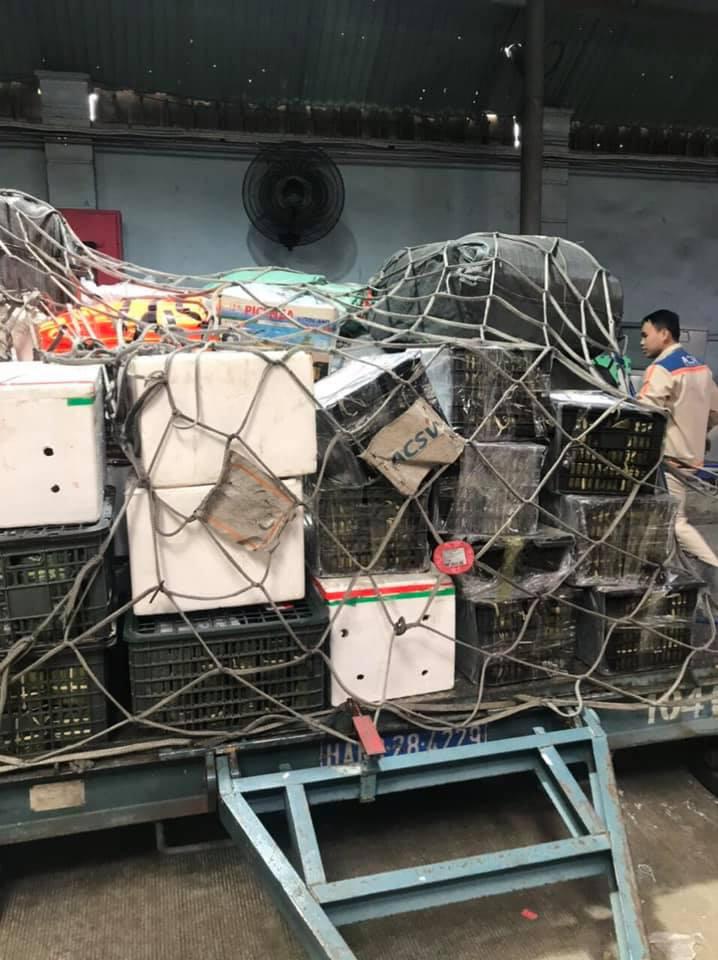 Cận cảnh những chuyến bay cứu hộ đầu tiên hạ cánh tại miền Trung - Ảnh 2.