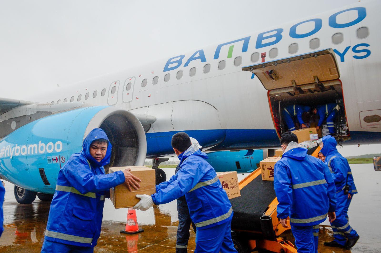 Hành khách được miễn phí đổi vé máy bay do ảnh hưởng mưa lũ ở miền Trung - Ảnh 2.
