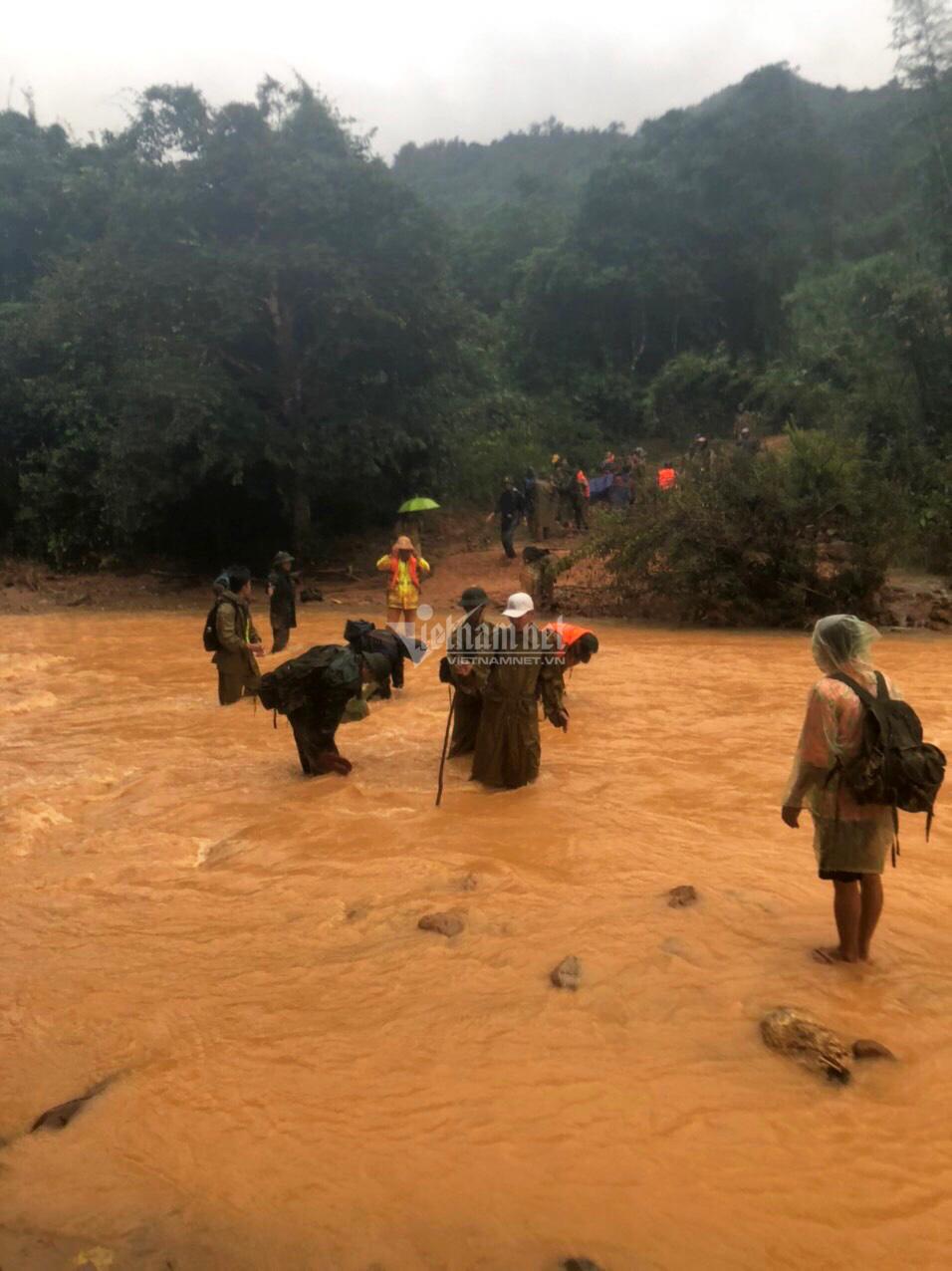 20 giờ cắt rừng, bám dây vượt lũ đưa thi thể đồng đội hy sinh trở về - Ảnh 9.