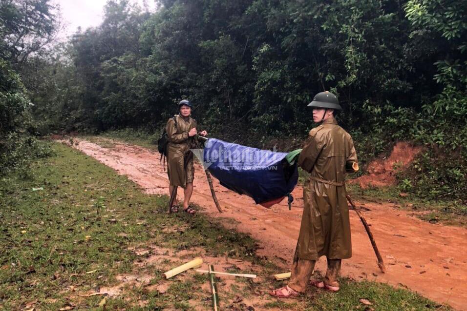 20 giờ cắt rừng, bám dây vượt lũ đưa thi thể đồng đội hy sinh trở về - Ảnh 5.