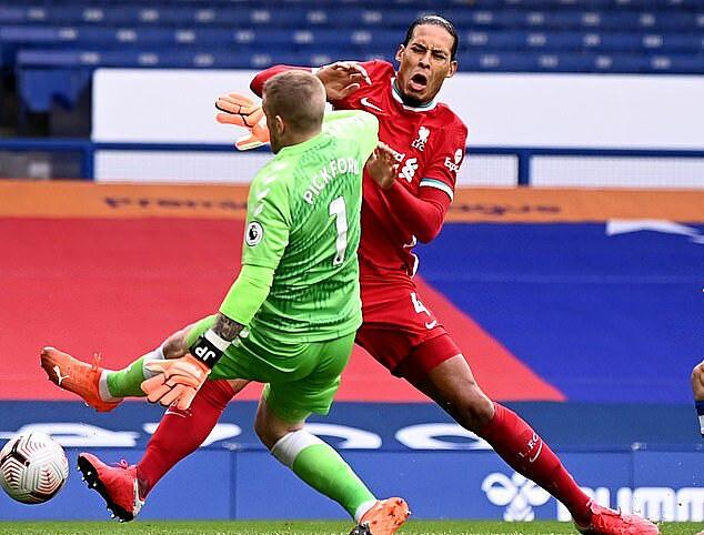 Triệt hạ Van Dijk, thủ môn Pickford vẫn may mắn thoát án phạt - Ảnh 2.