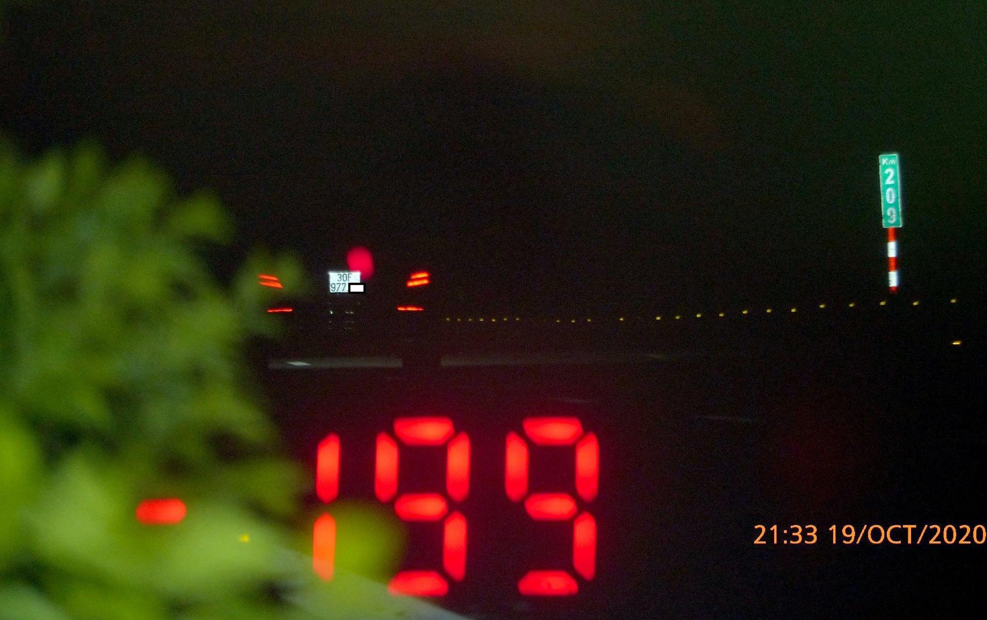 Kinh hoàng: Xe Mercedes phóng tốc độ gần 200 km/h trên cao tốc Pháp Vân - Cầu Giẽ - Ảnh 1.