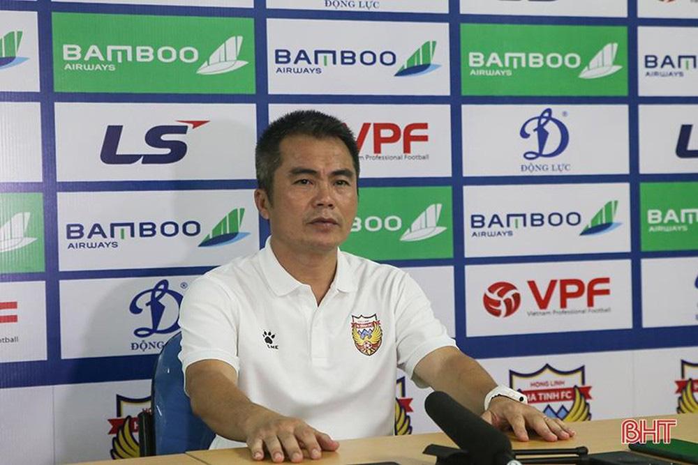 """HLV """"dị"""" nhất V.League phát biểu bất ngờ khi nhận bàn thua """"trời ơi"""" trước Hà Nội FC - Ảnh 2."""