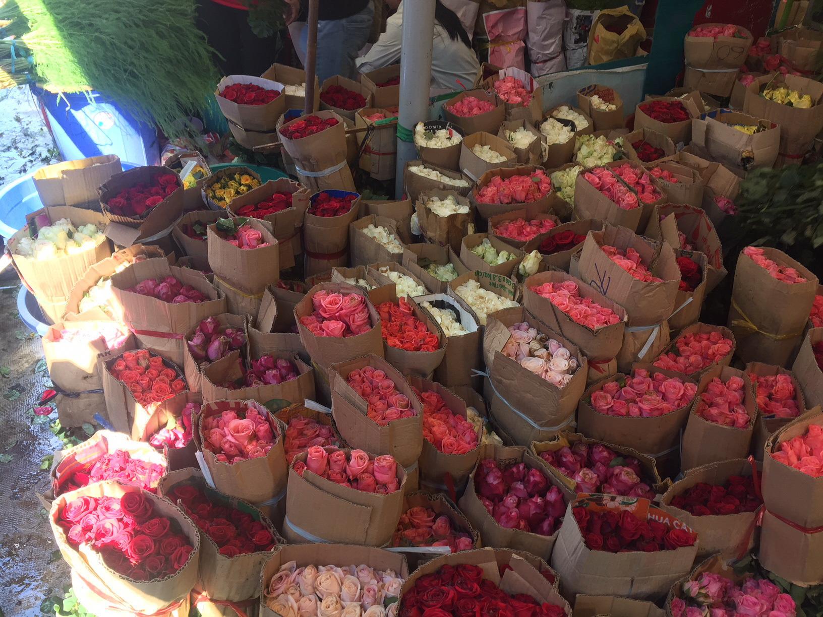 Giá hoa tươi đồng loạt giảm trước ngày 20-10  - Ảnh 1.