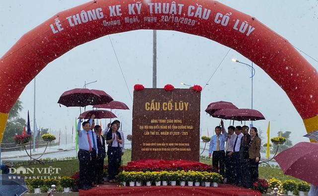 Quảng Ngãi: Thông xe kỹ thuật, gắn biển chào mừng Đại hội Đảng bộ tỉnh cho cầu 2300 tỷ  - Ảnh 1.
