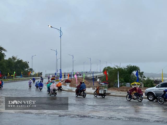 Quảng Ngãi: Thông xe kỹ thuật, gắn biển chào mừng Đại hội Đảng bộ tỉnh cho cầu 2300 tỷ  - Ảnh 2.