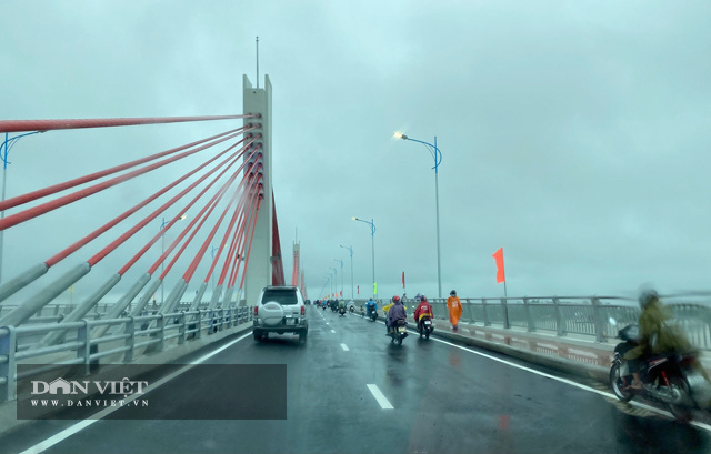 Quảng Ngãi: Thông xe kỹ thuật, gắn biển chào mừng Đại hội Đảng bộ tỉnh cho cầu 2300 tỷ  - Ảnh 3.