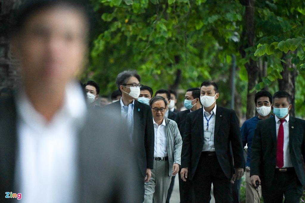 Thủ tướng Nhật Bản bất ngờ đi dạo hồ Gươm - Ảnh 1.