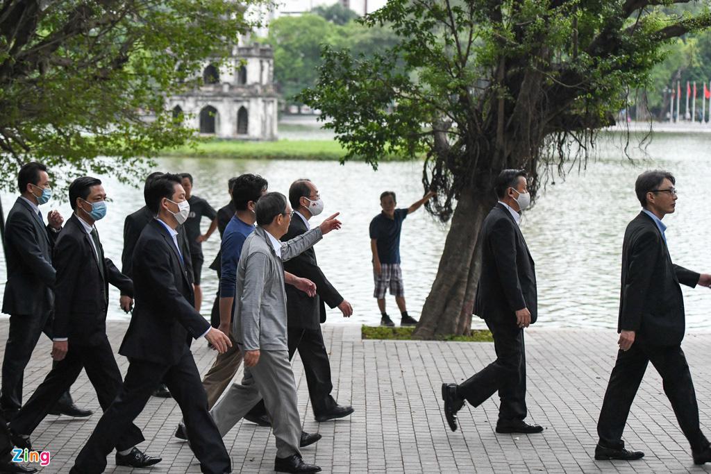 Thủ tướng Nhật Bản bất ngờ đi dạo hồ Gươm - Ảnh 3.