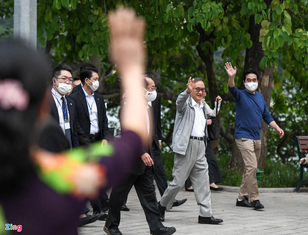 Thủ tướng Nhật Bản bất ngờ đi dạo hồ Gươm - Ảnh 4.