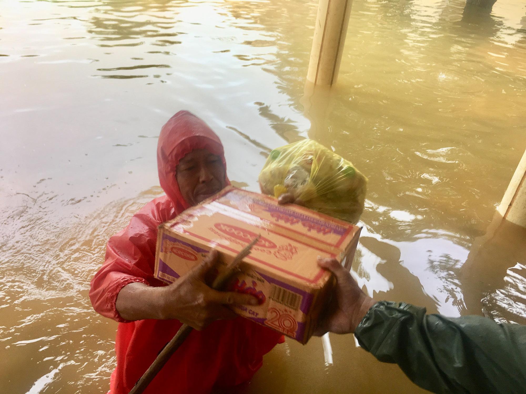 Quảng Bình: Ngư dân đưa tàu lên bờ tìm cứu nông dân - Ảnh 4.