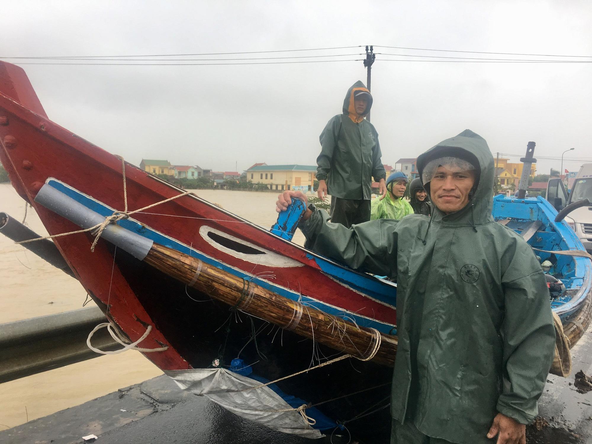 Quảng Bình: Ngư dân đưa tàu lên bờ tìm cứu nông dân - Ảnh 1.