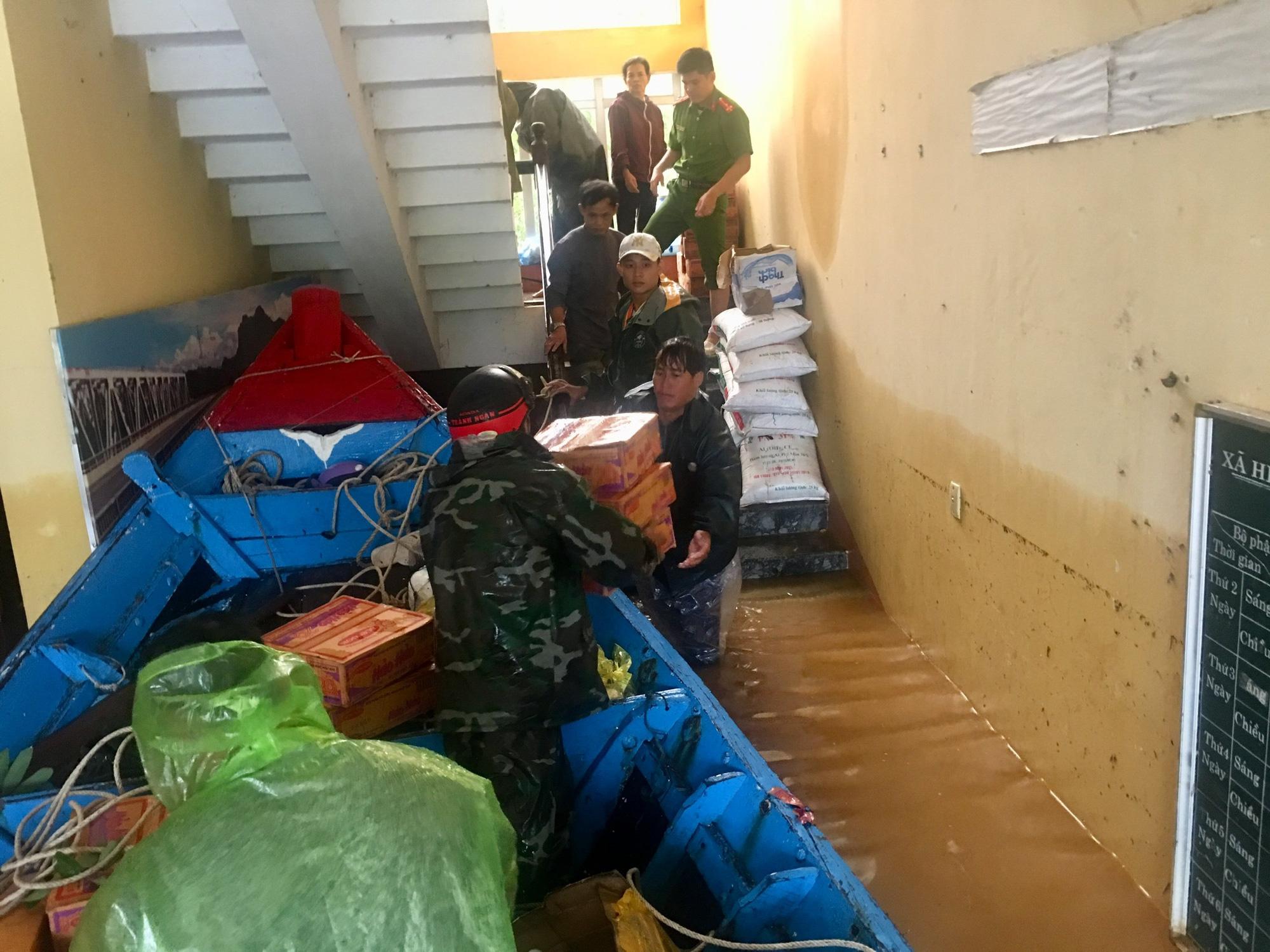 Quảng Bình: Ngư dân đưa tàu lên bờ tìm cứu nông dân - Ảnh 3.