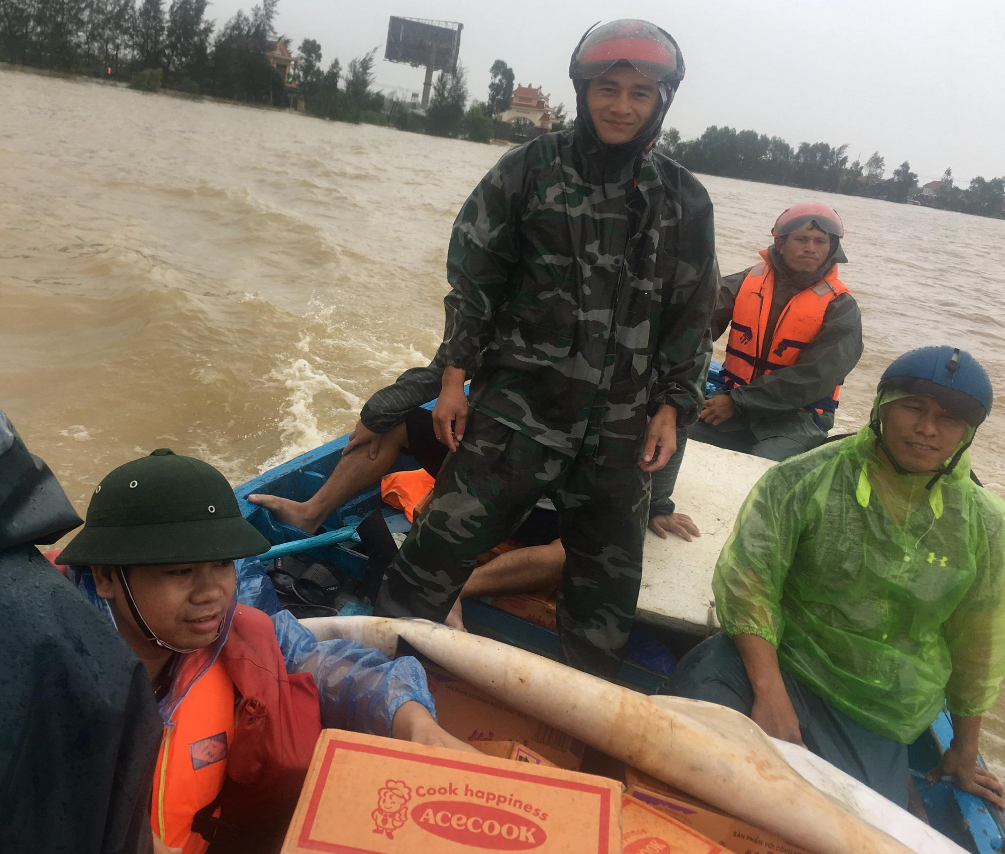 Quảng Bình: Ngư dân đưa tàu lên bờ tìm cứu nông dân - Ảnh 2.