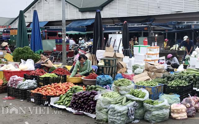 Tiểu thương lo lắng chuỗi ngày mưa bão sẽ làm giá rau tăng dài tới Tết - Ảnh 1.