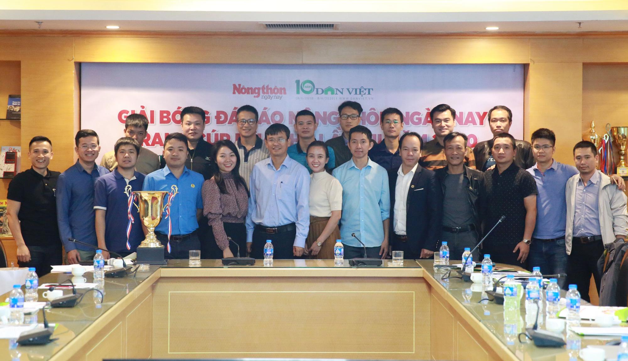 Tất cả các cầu thủ, đội bóng dự Giải bóng đá Nông thôn Ngày nay/Dân Việt 2020 sẽ cùng chung tay hướng về miền Trung. Ảnh: Lê Hiếu