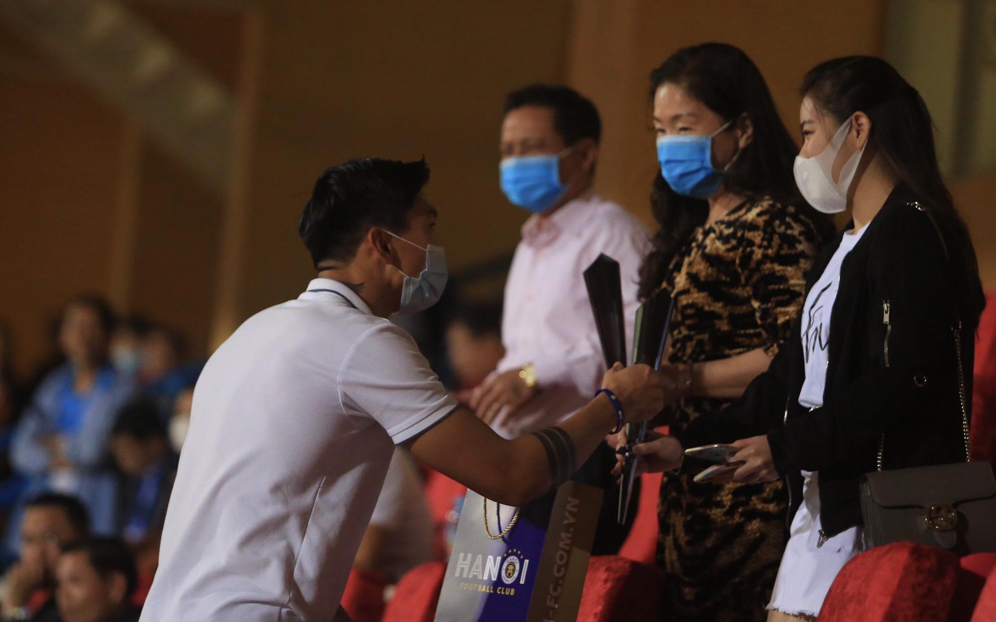 Văn Hậu bất ngờ tặng hoa mẹ Quang Hải trên khán đài nhân ngày 20/10