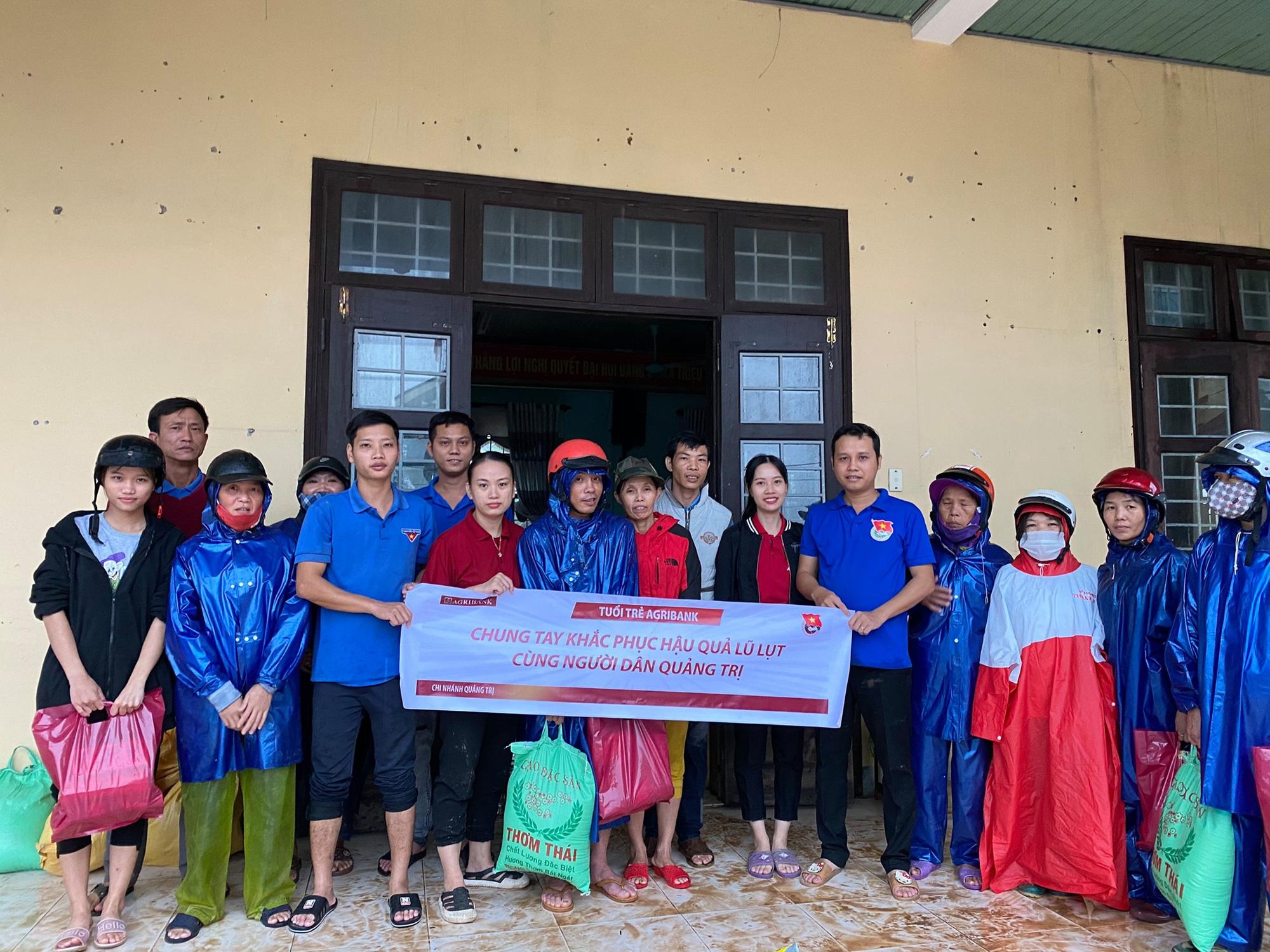 Tuổi trẻ Agribank Quảng Trị chung tay khắc phục hậu quả do mưa lũ - Ảnh 1.