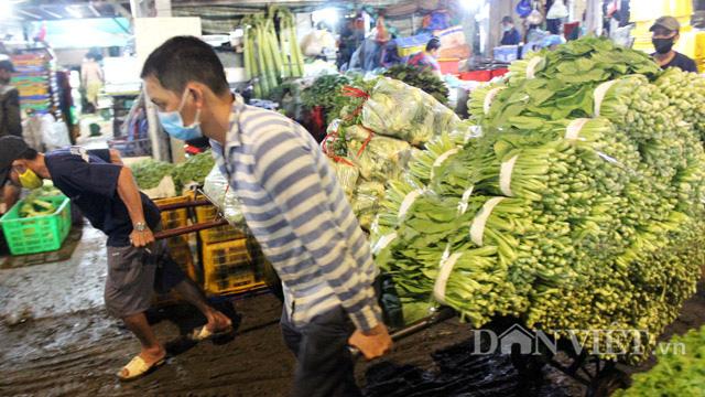 Tiểu thương lo lắng chuỗi ngày mưa bão sẽ làm giá rau tăng dài tới Tết - Ảnh 2.