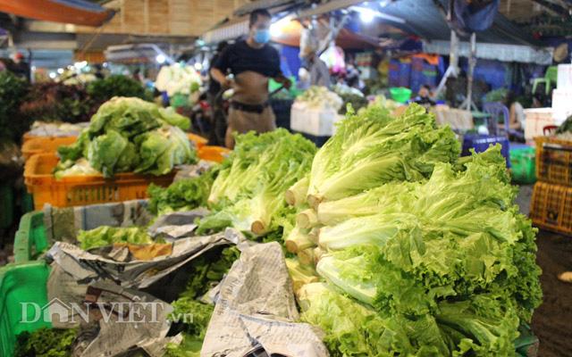 Tiểu thương lo lắng chuỗi ngày mưa bão sẽ làm giá rau tăng dài tới Tết - Ảnh 3.