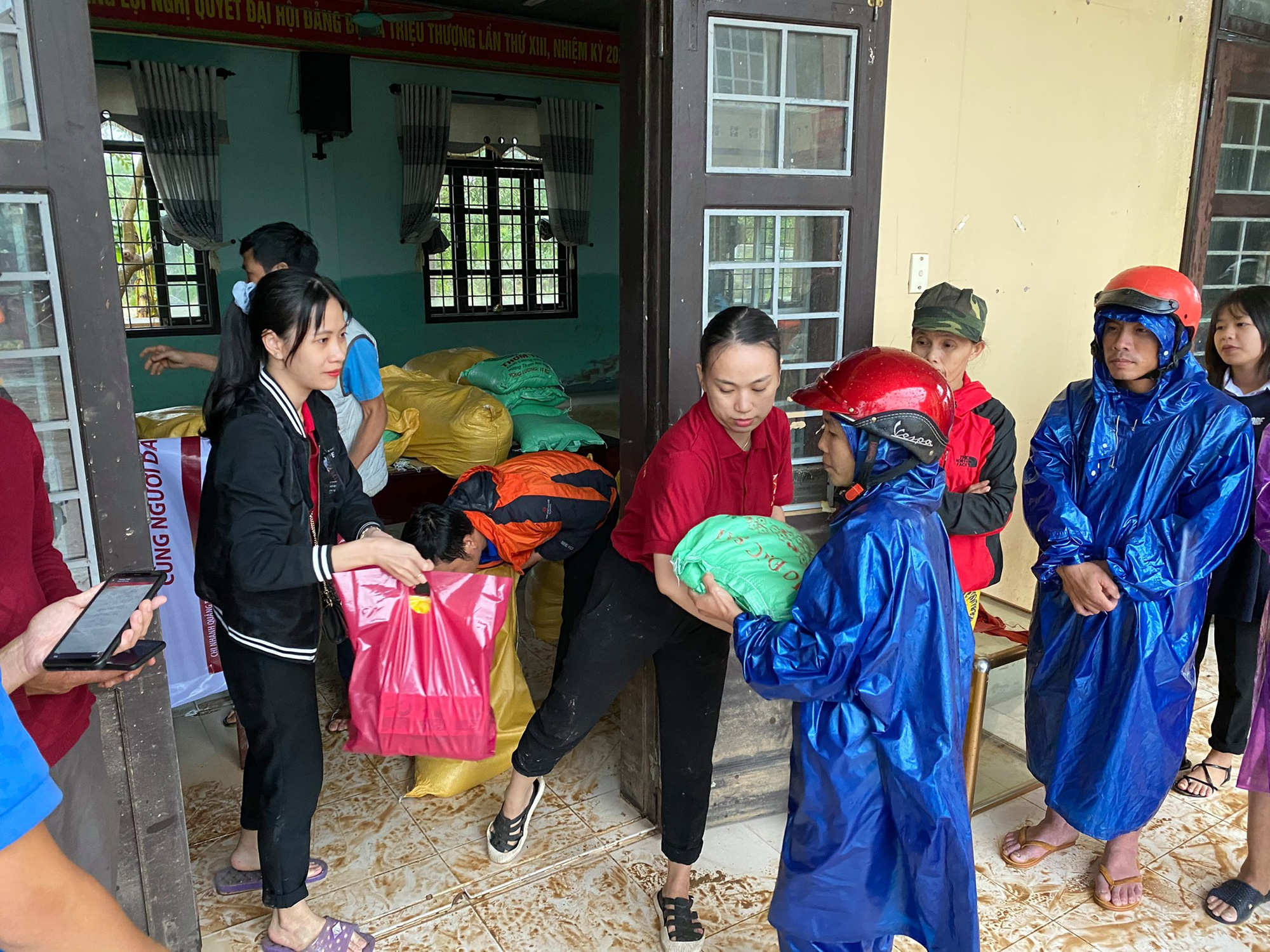 Tuổi trẻ Agribank Quảng Trị chung tay khắc phục hậu quả do mưa lũ - Ảnh 2.
